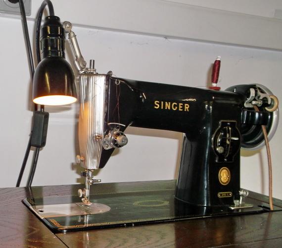 antike singer n hmaschine im aufklappbaren schrank guter zustand ebay. Black Bedroom Furniture Sets. Home Design Ideas